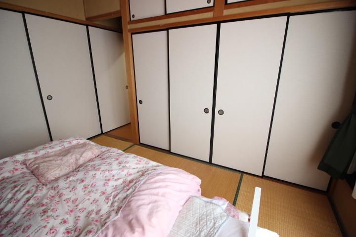 2F 和室 押入れが3つ付いています。季節ものや来客用お布団を収納してもいいですね