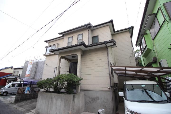 【外観写真】 緑豊かな住宅街に佇むモダンなお家