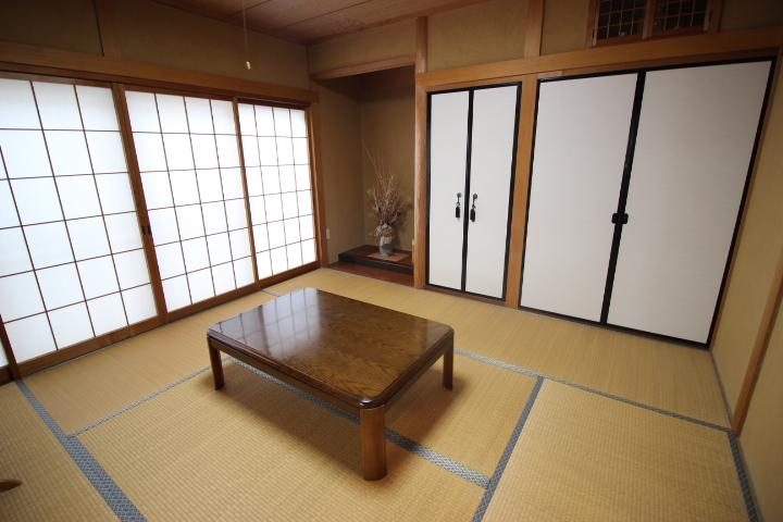 8畳の和室には床の間と仏間があります