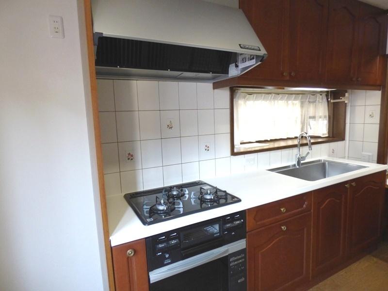 ◎キッチン(6/17更新) 正面に窓があり、風通しも良く明るいガスオーブン付のシステムキッチン! 勝手口付なので、ゴミ出しやお買い物帰りにそのまま出入りできて便利です!