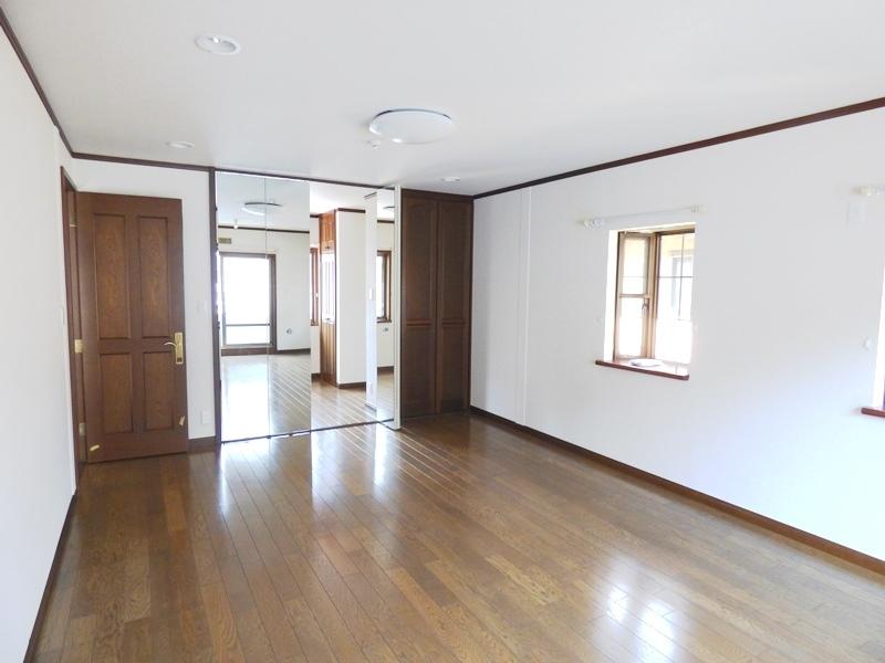 ◎洋室(6/17更新) 洋室と納戸の仕切りは、鏡張りに。室内が広く感じられます!