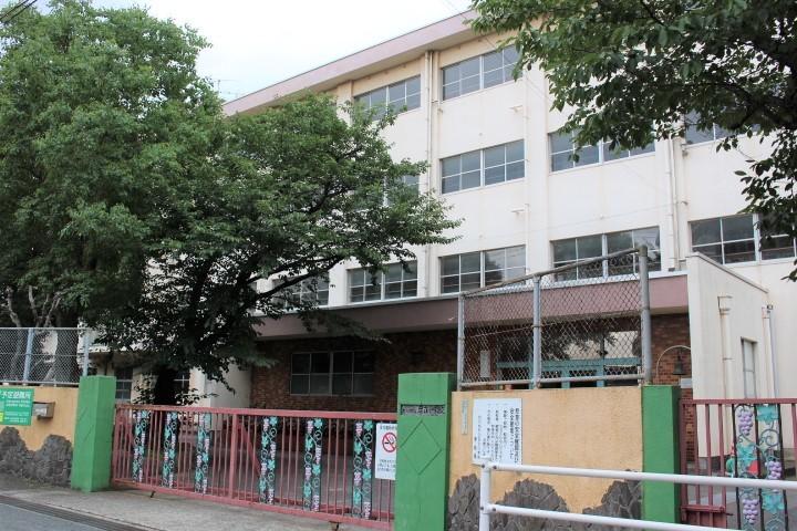 足立小学校 明治5年創立 中学校は足立中学校区、菊陵中学校区。 学校教育目標は心身ともにすこやかで,たくましい子どもの育成。