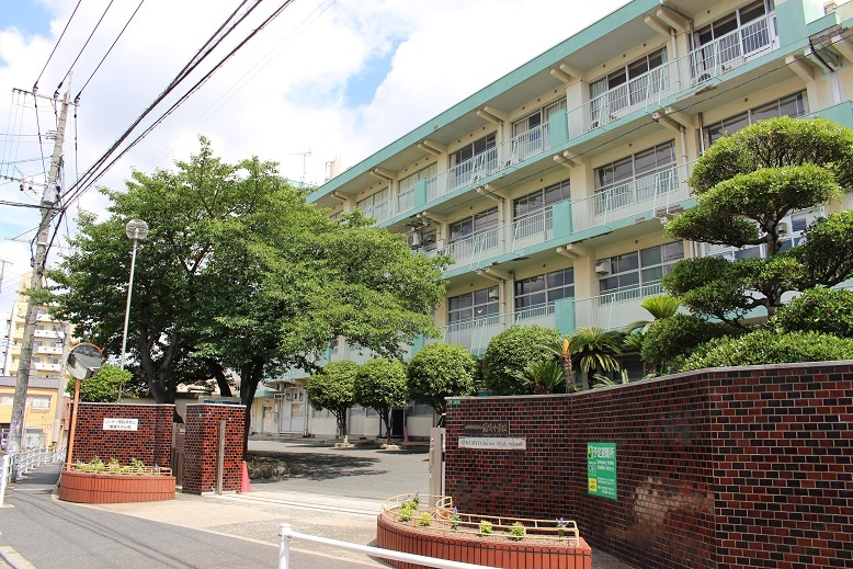菊陵中学校 昭和22年創立 学校教育目標は自分の良さや可能性を伸ばし、国際社会の中で夢に向かって心豊かにたくましく生きる生徒の育成。