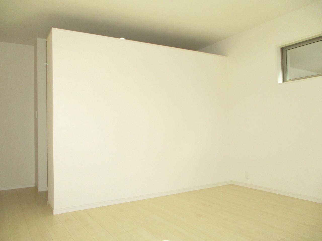 二面採光の洋室