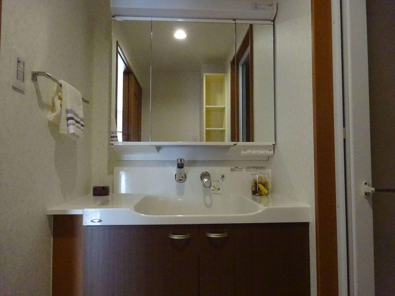 独立洗面台。 収納力もばっちり。 毎日お使いになる洗面所は、明るく清潔感のあるスペースです!