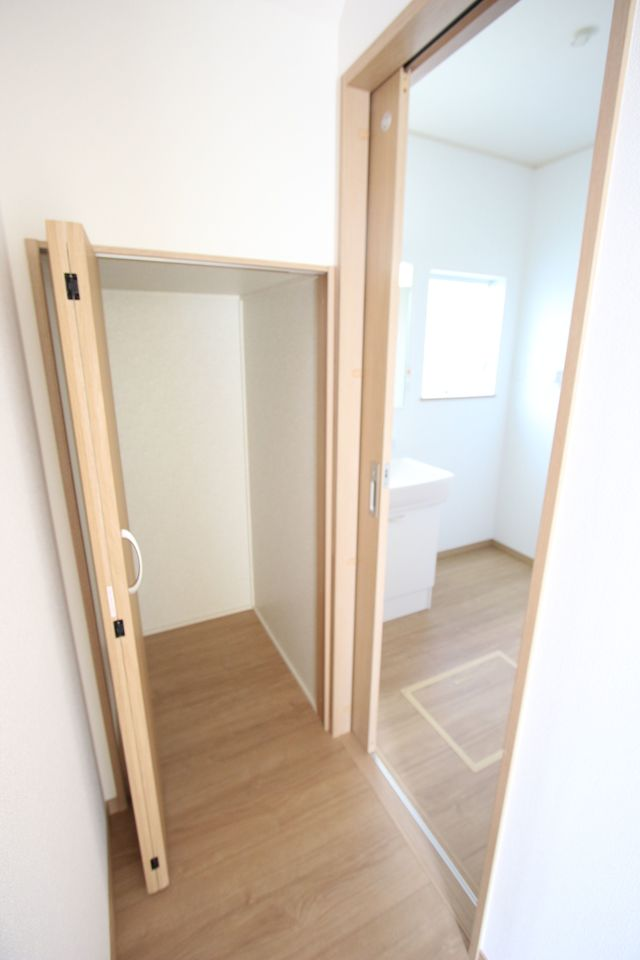 1階廊下にも収納を設置しました。 少しのスペースでも有効活用!! (同社施工例)