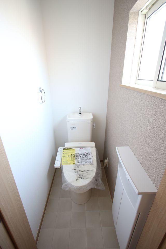 大型の洗濯機も無理なく設置できる広さです。 洗面台はシャワー付き。 床下収納庫もございます。 (同社施工例)