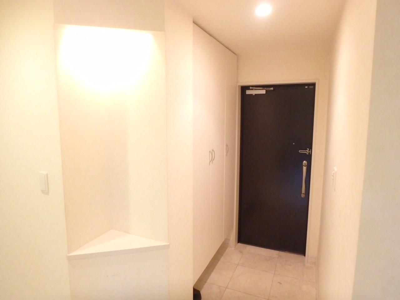 玄関からの廊下は白の大理石調で高級感があります。