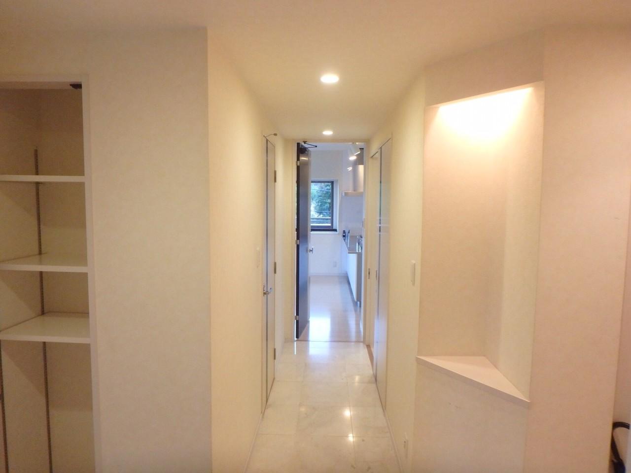 廊下に飾棚があります。玄関が華やかになりますね。