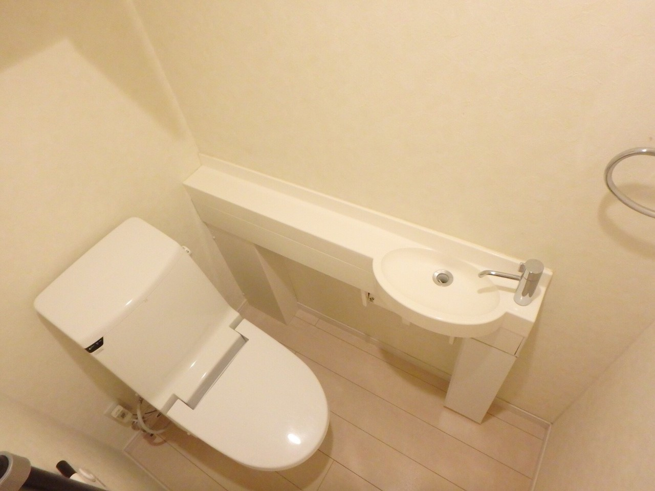 手洗い器付きの清潔感あるトイレです。
