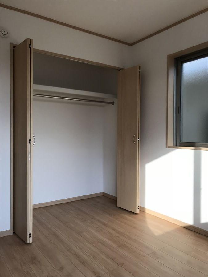 5.25帖の居室は南向きで日当たり良好♪2面採光でたくさん光が入り込みます◎
