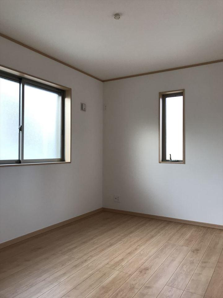 小窓がお洒落な6帖の居室は十分な広さでお子さま部屋や趣味部屋としてお使いいただけます◎