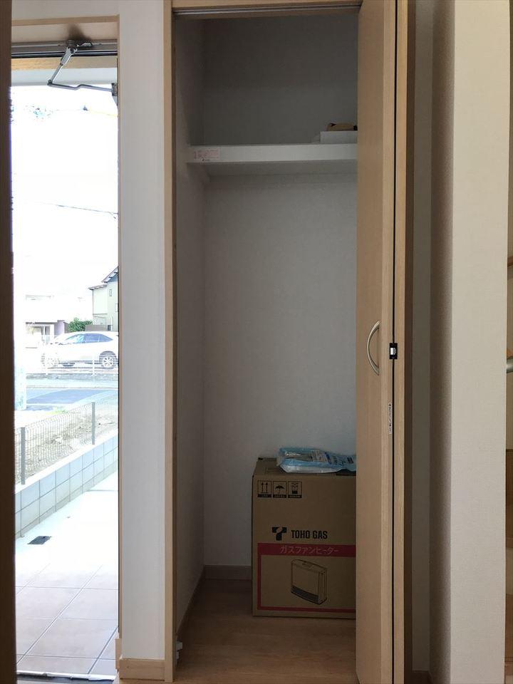 玄関横の収納スペース。ベビーカーなどある方はここに入れておいても便利ですね◎ちょっとした収納スペースが助かります(^^)