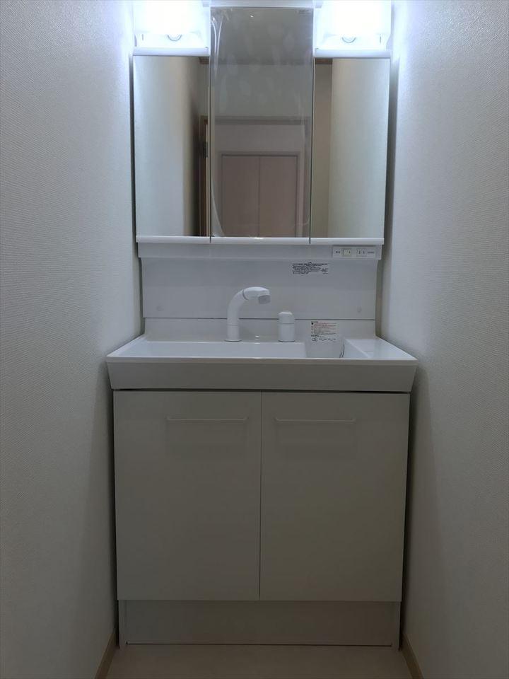 明るい洗面台は大きな鏡で機能性も抜群◎収納スペースも十分ございます◆