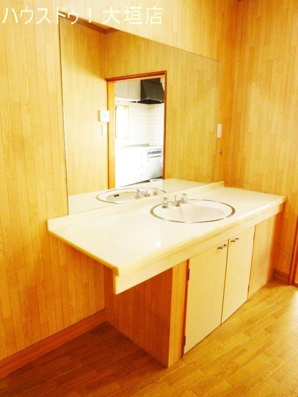 大きな鏡と収納の備わった洗面台です。