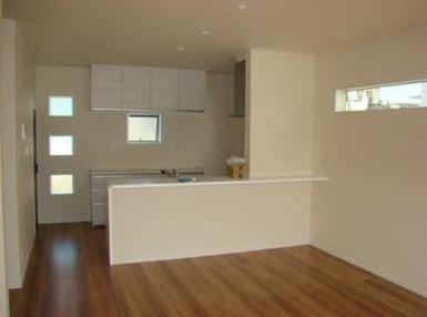 人気のカウンターキッチン。 キッチン横に便利な収納もあります。