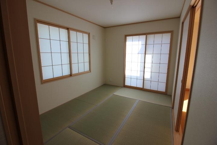 隣接する和室の引き戸を開けると リビングの延長としての利用も可能です。