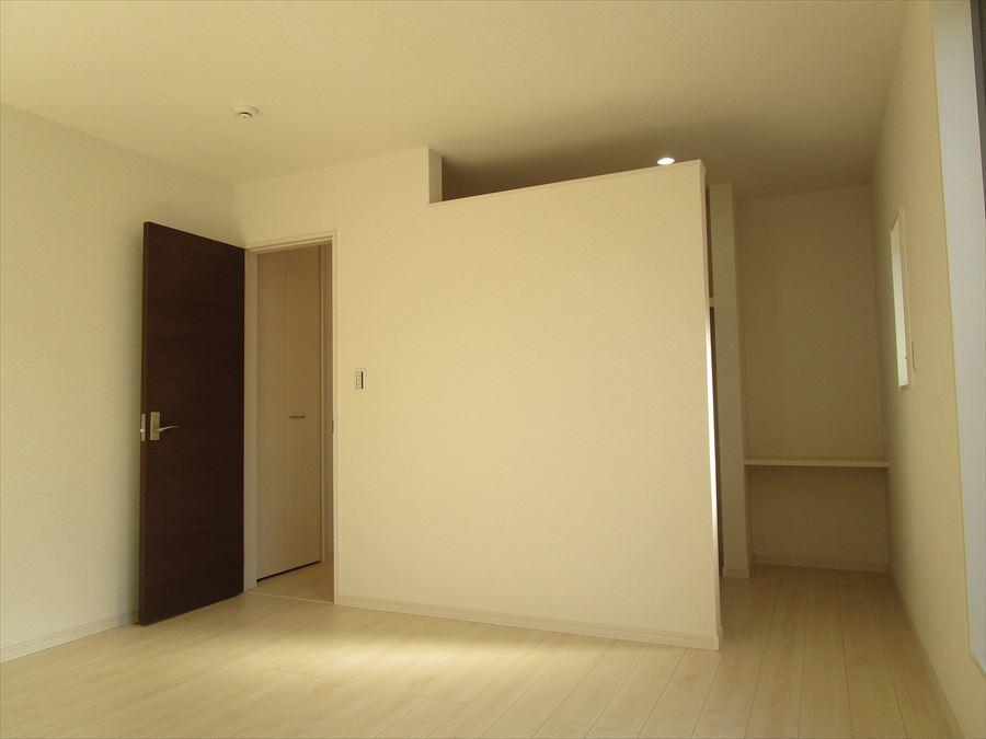 【洋室8帖】観葉植物の色がよく映える白のお部屋は、光が入ると更に爽やかな空間に・・・◎