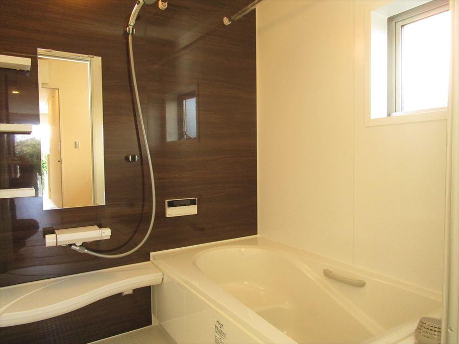 浴室はゆったりサイズの1坪タイプ♪浴槽はステップ浴槽で半身浴や親子でのご入浴も楽しめます(^^)
