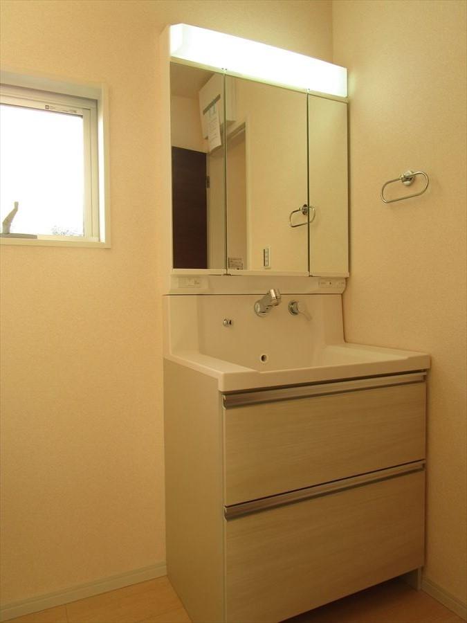 洗面台には収納もたっぷりできるようになっています!大きな鏡も付いており、お子様達も並んで仲よく身支度ができます(^^)♪