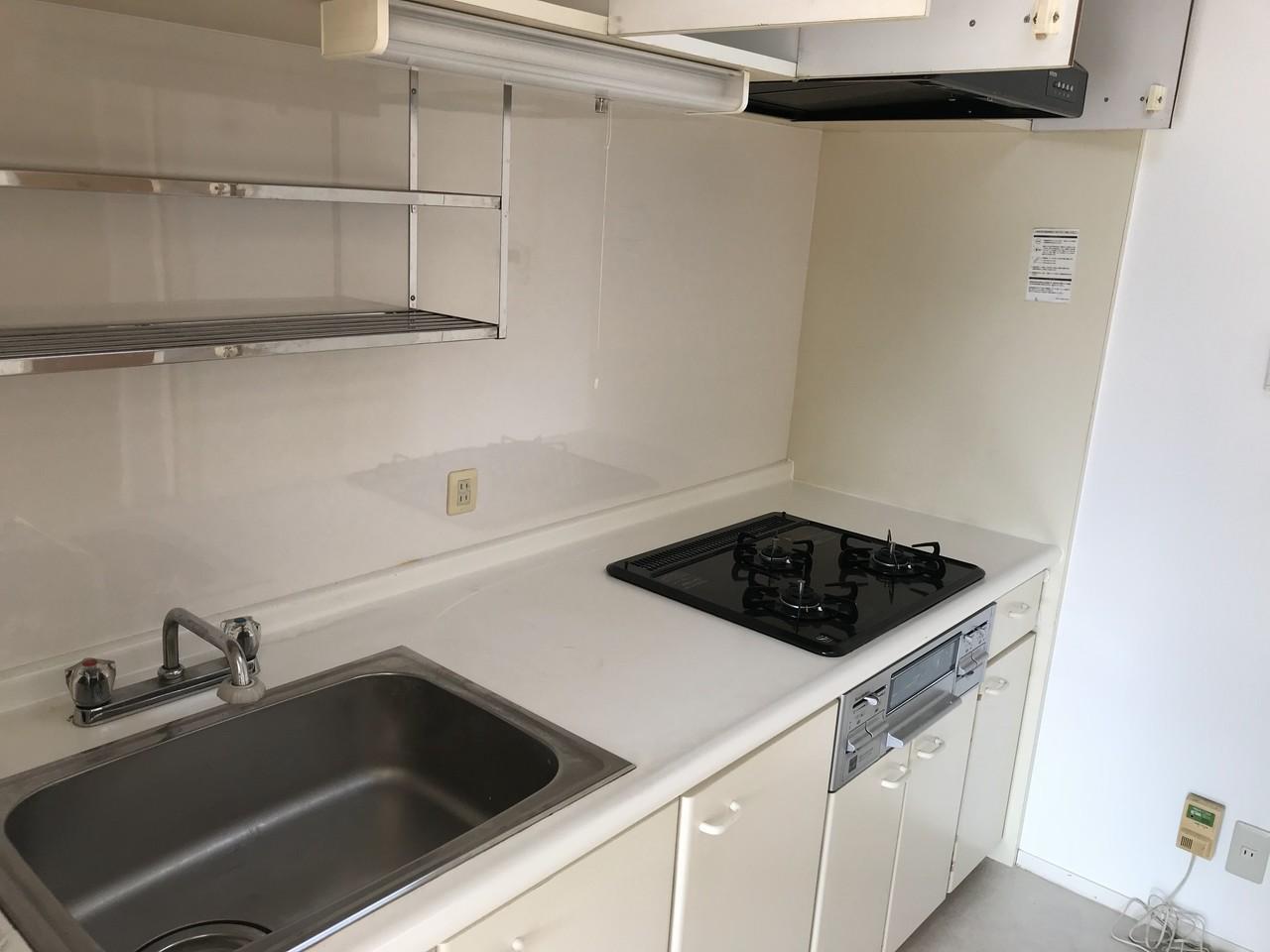 白を基調としたシンプルで使いやすいキッチンです