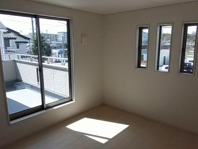 2階 7帖洋室 バルコニーに出入りができる居室です 小窓から陽光がさしこみ心地よい光に包まれる居室です