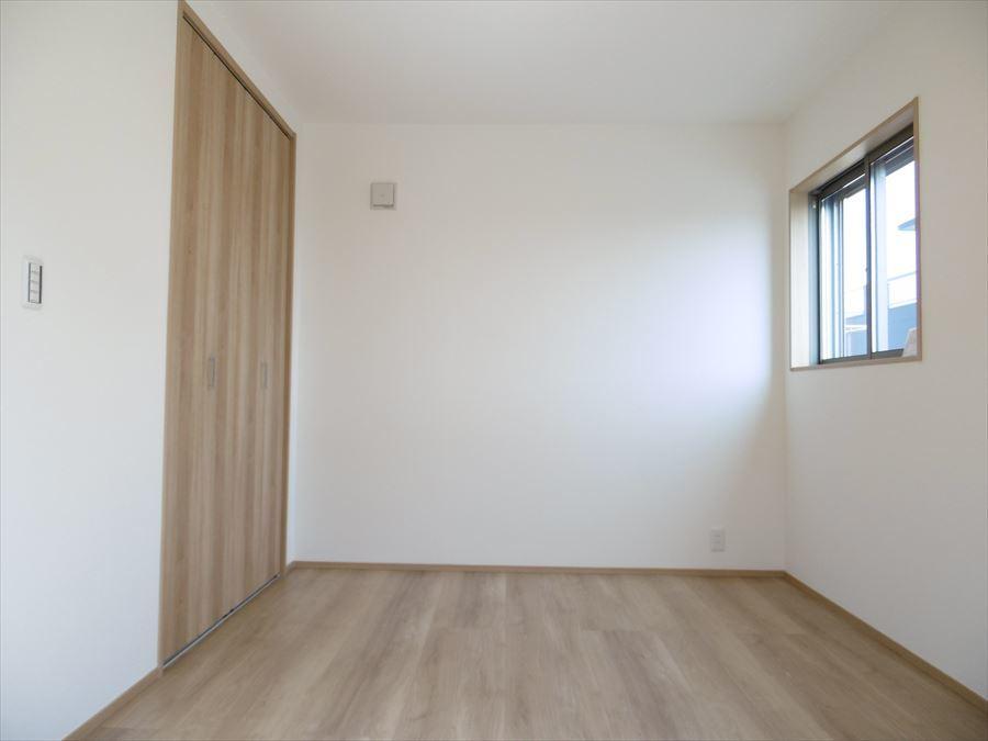 3階6帖の洋室です。こちらはバルコニーに出ることが出来るお部屋なので、お布団を干したりも楽チンです♪