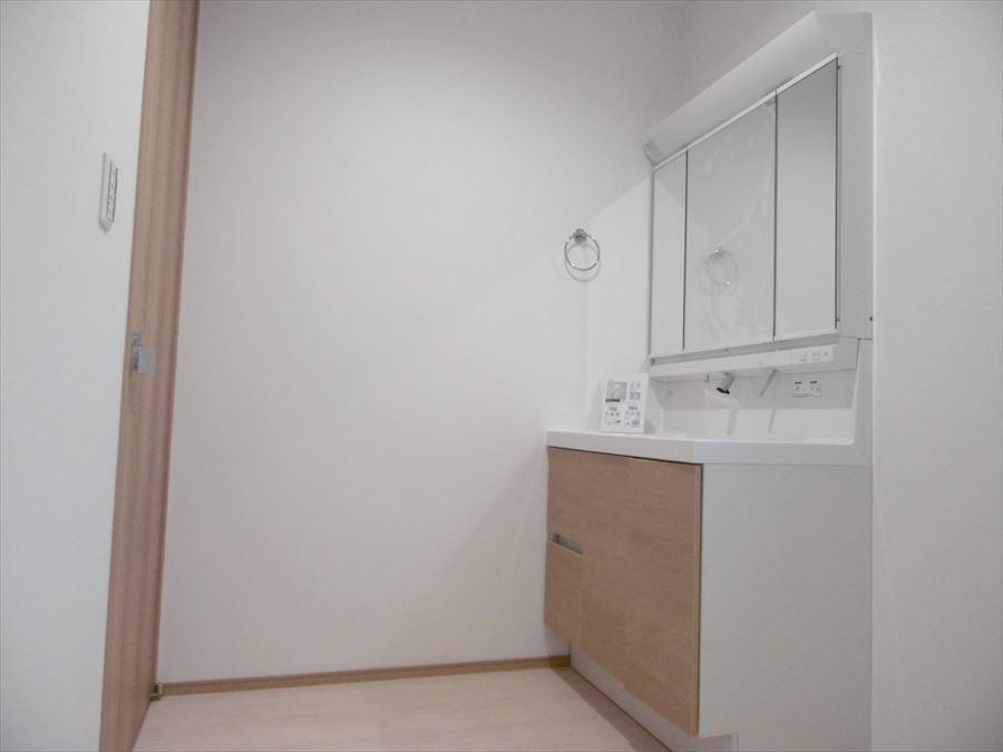 洗面の鏡が大きいのは嬉しいですね!収納力もあるので、散らかりがちな洗面回りもすっきりと使えます。