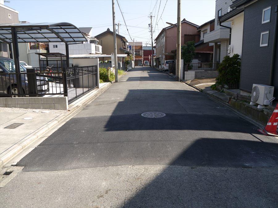 広さに余裕のある前面道路のおかげで駐車もしやすいですね。