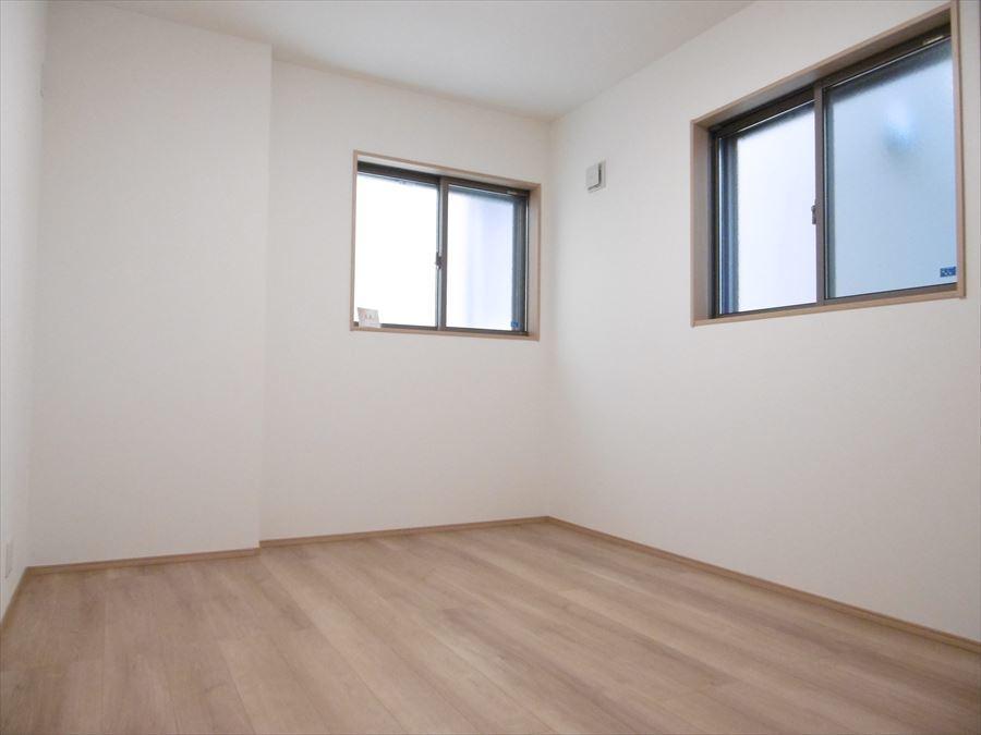 1階納戸です。2つ納戸がありますので、使わない家具や衣類を置いたり、何かと便利に使えそうです!