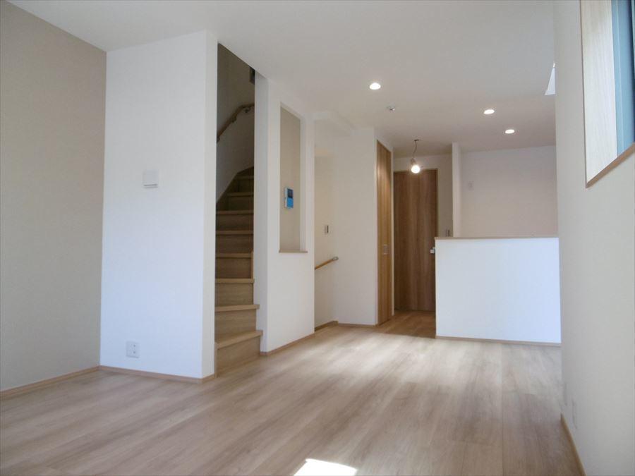 対面キッチンとリビングイン階段のおかげで家族のコミュニケーションが取りやすい間取り。キッチン横には扉付き収納もあります◎