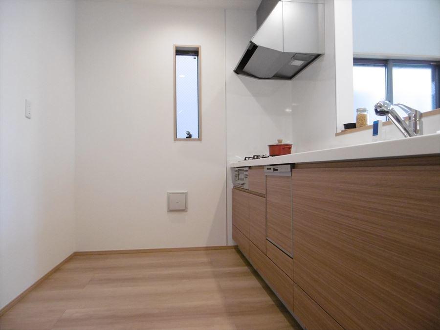 システムキッチンは三口コンロなので、料理の時間短縮ができそうです!換気しやすい小窓も付いています。