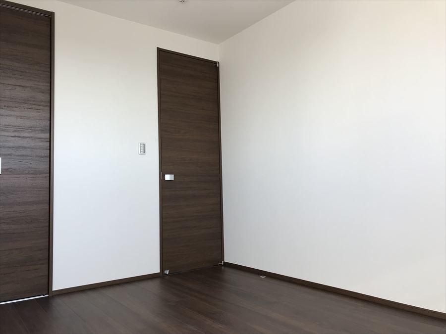 6帖の洋室は3階にあり、採光もしっかり取れます!いくつかある小窓がまた可愛いですよ♪