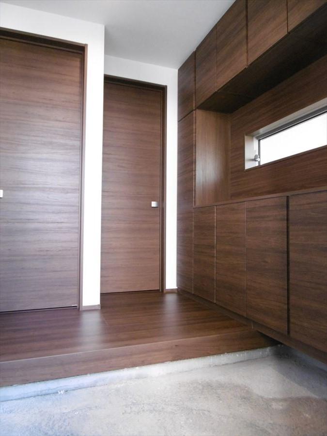大型の玄関収納付。家族分の靴もしっかり保管できるので、玄関スペースはいつでもスッキリします。