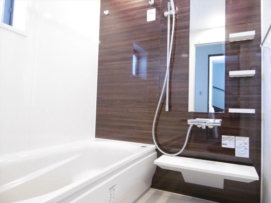 小窓の付いた浴室で換気ができ、湿気を逃がします。清潔感のある浴室が保てますね!