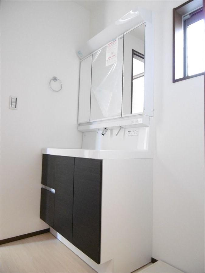 ワイドな洗面台で朝の慌しい時間帯もスムーズに支度できます!