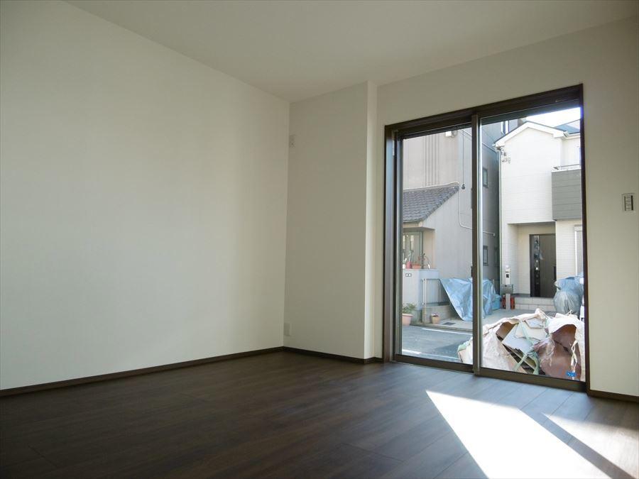 6.9帖の洋室は南面の大きな窓から陽が入り、居室いっぱいに明るい光が届きます!