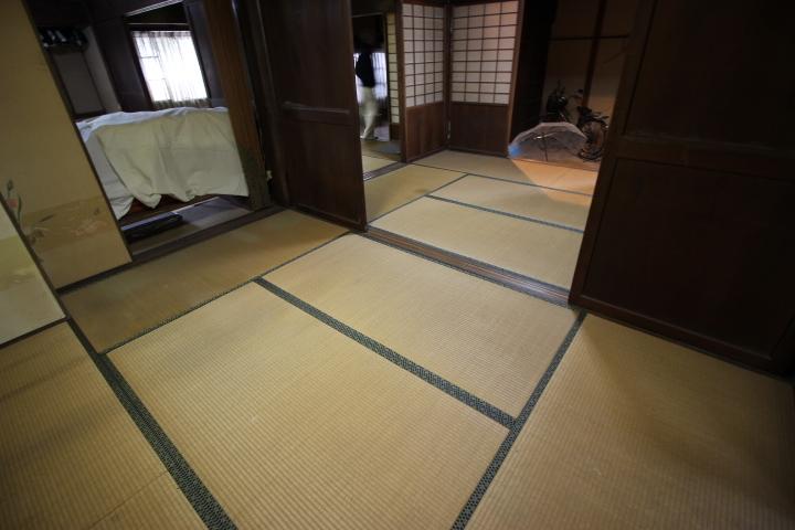 玄関から広がる6畳の和室が4部屋  扉をはずして延長すると広々とした開放的な空間になります。 もちろん仕切って個室として利用可能です