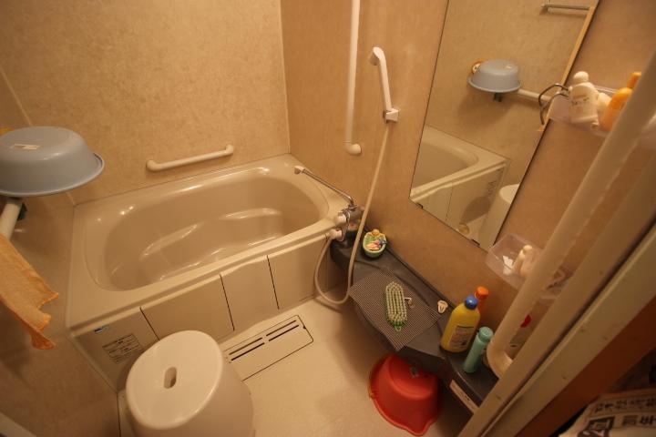 コンパクトでシンプルな浴室です