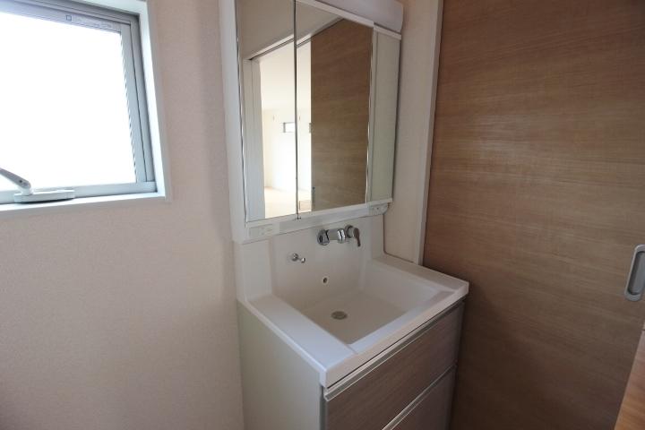 洗面台は、3面境を採用。 鏡の背面は収納になっており、散らかりやすい洗面台周りがすっきりしますね。