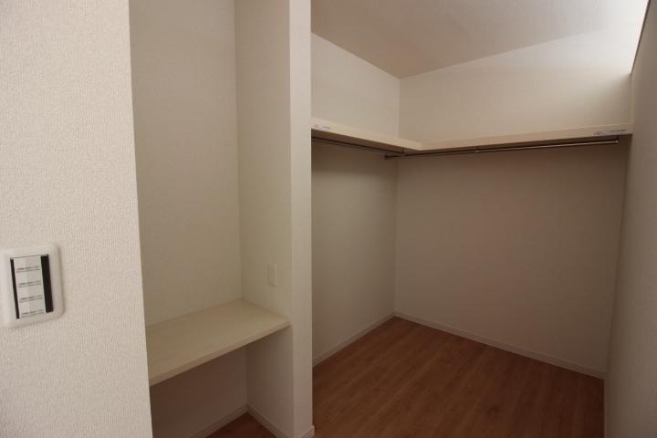 ウォークインクローゼットは湿気がこもりにくいセミオープンタイプ。扉が無いのでデッドスペースも少なくなり、お部屋が広く使えます。