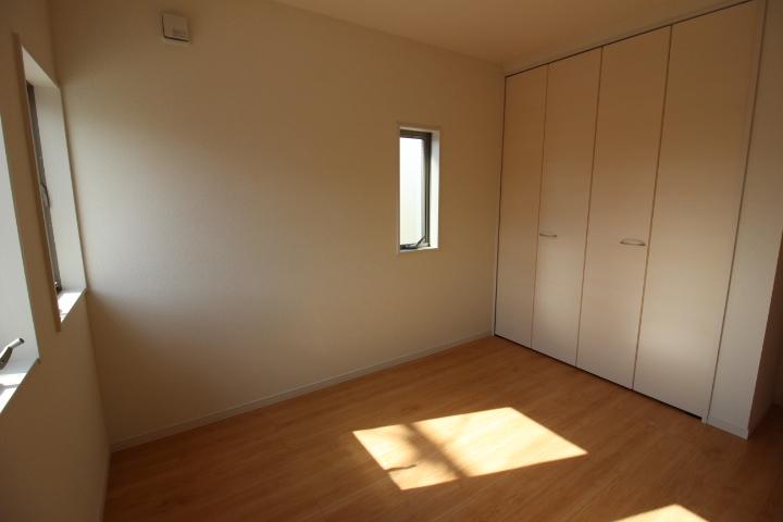 2階5.34帖の洋室。 窓も2箇所。通気性良好です。