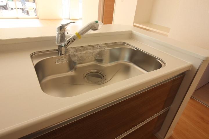ジャンボシンクは、静音仕様 大きめのお鍋も洗いやすい形状です。 浄水器付きのシャワー混合水栓採用