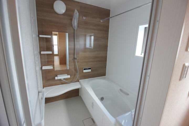 一面シックな色合いのお風呂は清潔感に溢れます。 浴室乾燥機もついております。雨の日のお洗濯も安心。