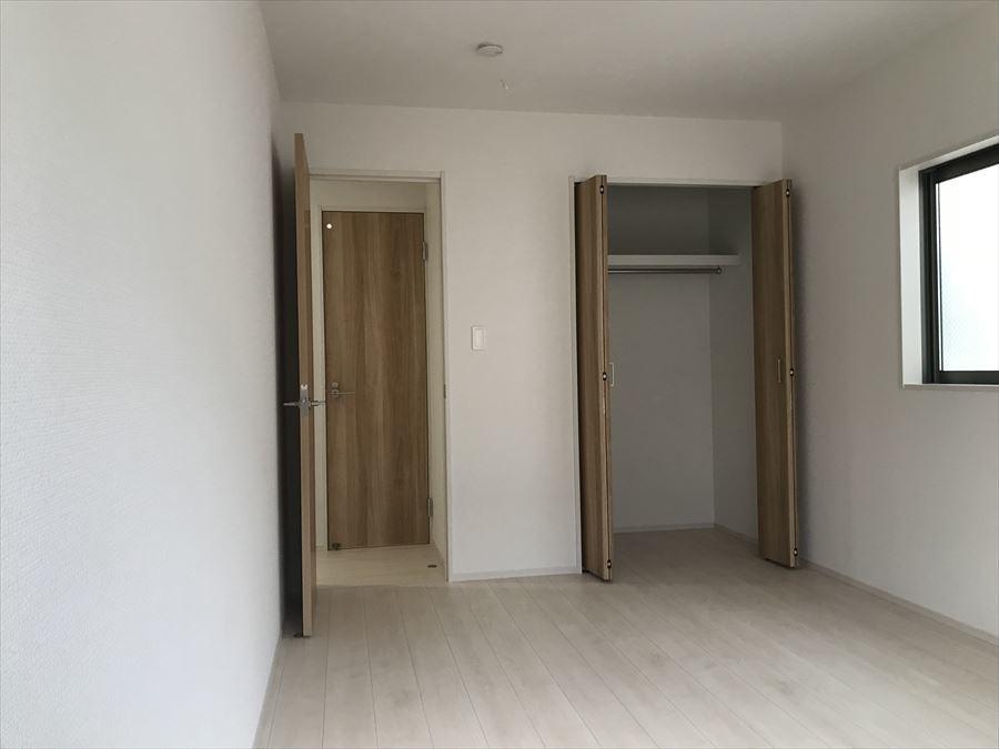 7.5帖洋室。全居室に収納が付いていますので、住空間がスッキリしますね!お部屋を広く使えます◎