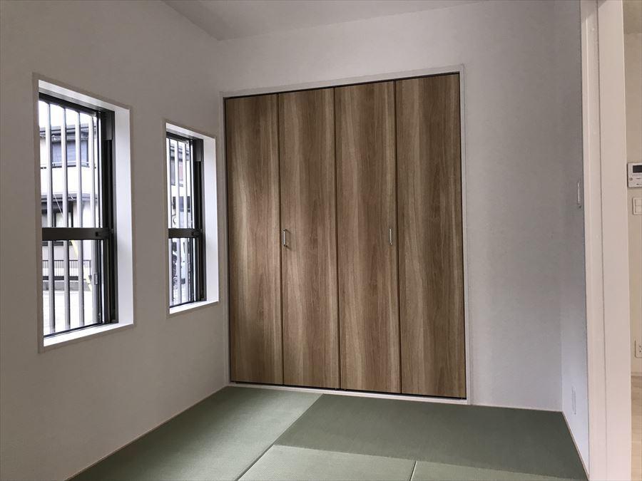1階LDKに隣接した5帖の和室です。洗濯物を畳んだり、お子様のお昼寝スペースにも・・