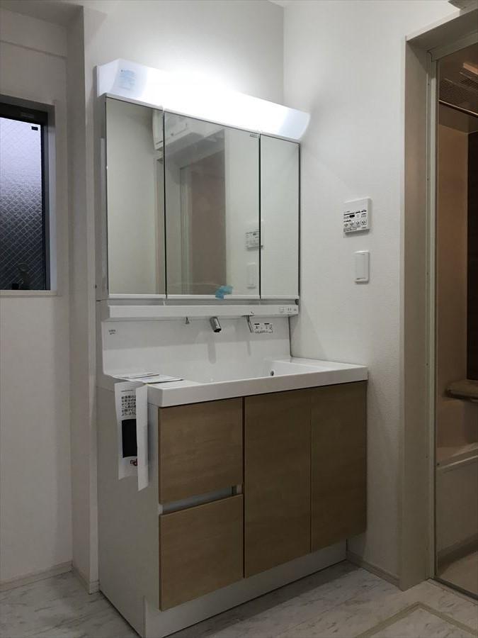 ワイドな洗面台で支度の時間が重なる朝の慌しい時間帯もスムーズに身支度が行えます。