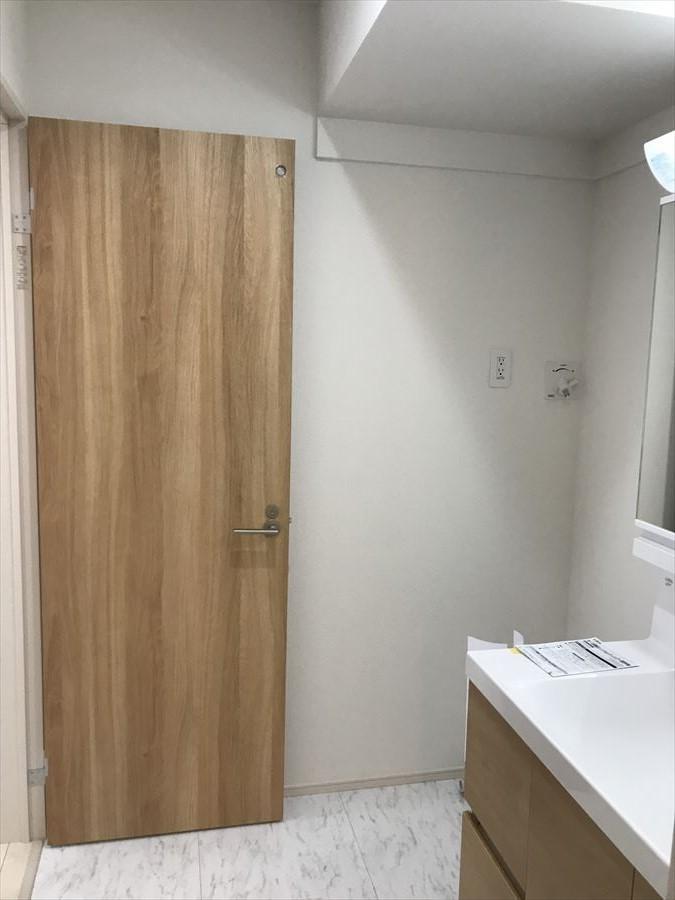 洗面所にも小窓付き。涼しい風が入ると気持ちがいいですね。