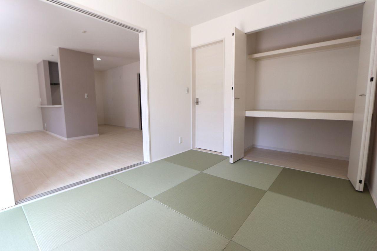 リビングに続く和室は大変開放的です。 クローゼットタイプの押入れはふすまの貼替の手間も無く、 お手入れ楽々です (同社施工例)
