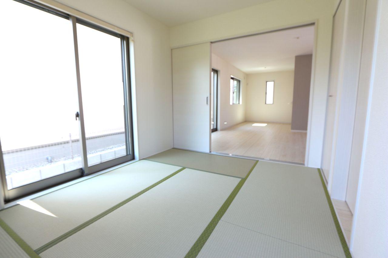 リビングに続く和室は大変開放的です。 2面採光で明るさも確保しております。 (同社施工例)